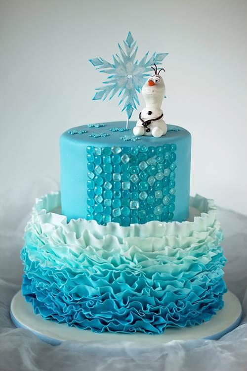 bolo com babado decorado para uma festa estilo Frozen