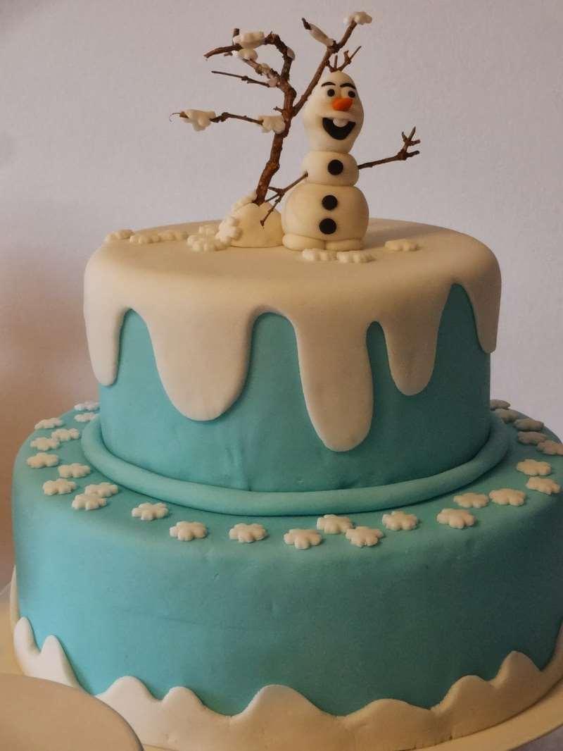 Bolo com neve temático para festa Frozen