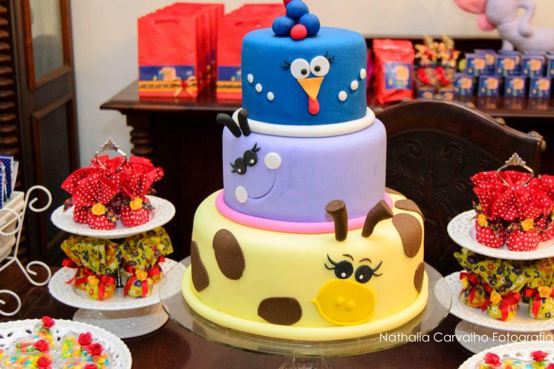 Bolo de 3 níveis da Galinha pintadinha para aniversário infantil