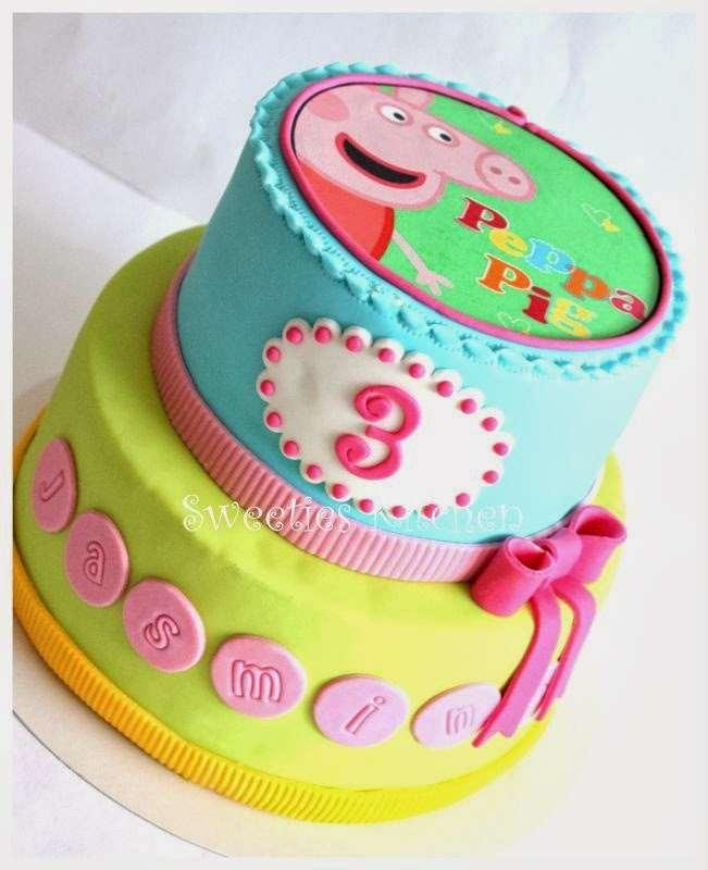 Bolo de Aniversário da Peppa de 3 anos de idade colorido em amarelo, verde e azuk