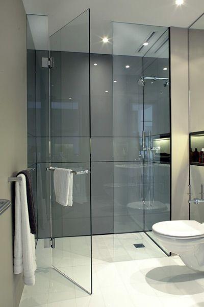 Banheiro com box de vidro de vidro