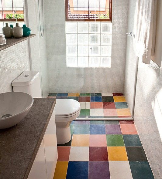 Cerâmicas coloridas no piso de banheiro