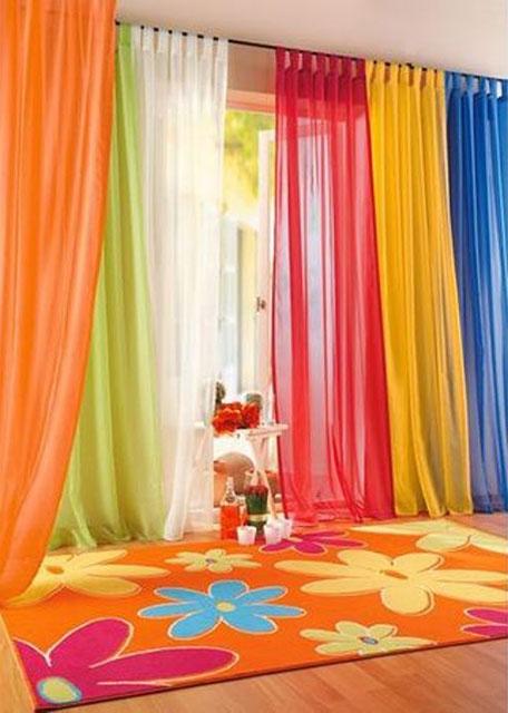 cortina colorida em voil