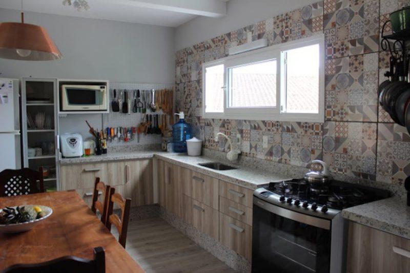 cerâmicas decoradas em parede de cozinha