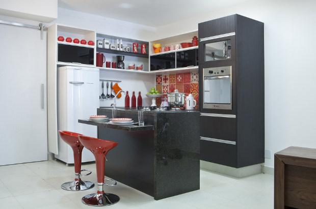 Cozinha pequena com balcão de granito preto