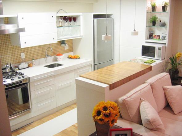 Luminárias pendentes sobre o balcão da cozinha integrada