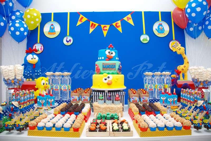 festa com bolo decorado da galinha pintadinha