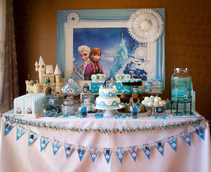 Bela decoração de festa de aniversário baseada na animação Frozen