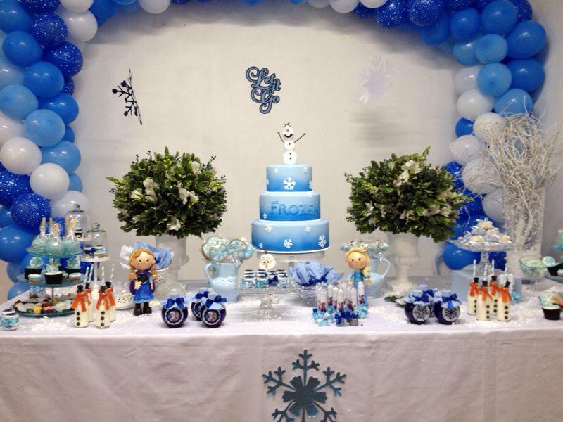 mesa arrumada com bolo e decoraçãopronta para a festa