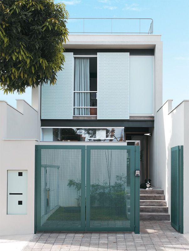 15 fachadas de sobrados projetos e estilos exclusivos for Fachadas de casas modernas entre medianeras