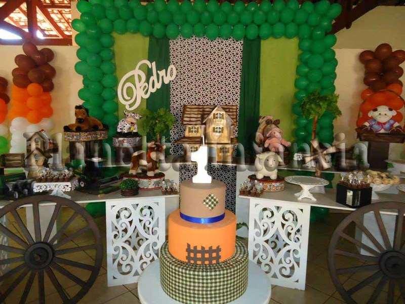 decoração de aniversário com bolo personalizado