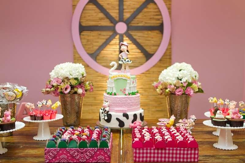lindo bolo decorado na decoração de fazendinha