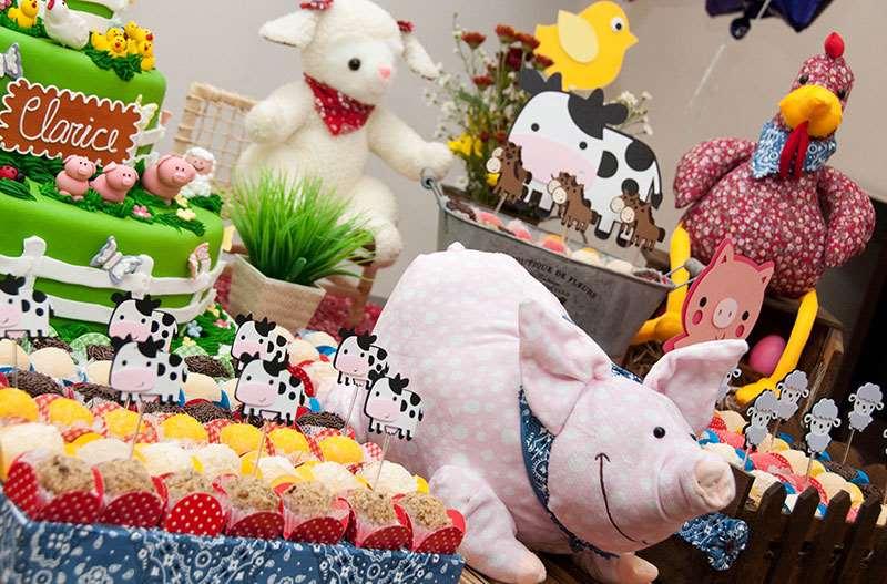 Bichinhos de pelúcia na decoração de festa fazendinha