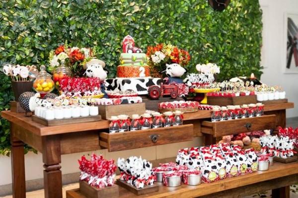 festinha de aniversário com muitos comes temáticos de fazendinha