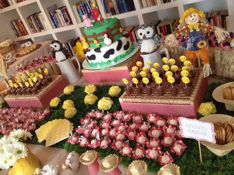 Comes diversos e bolo decorado de fazendinha tema para festa