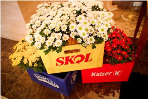 Flores para o boteco - decoração com engradados de cerveja