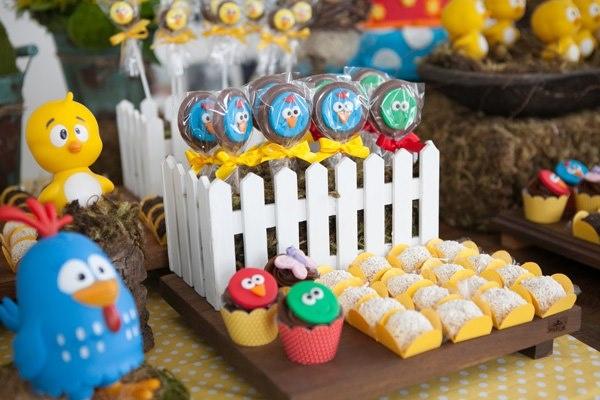 lembrancinha de aniversário da galinha pintadinha com docinhos