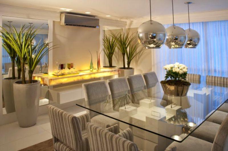 Sala de jantar decorada com luminária em inox