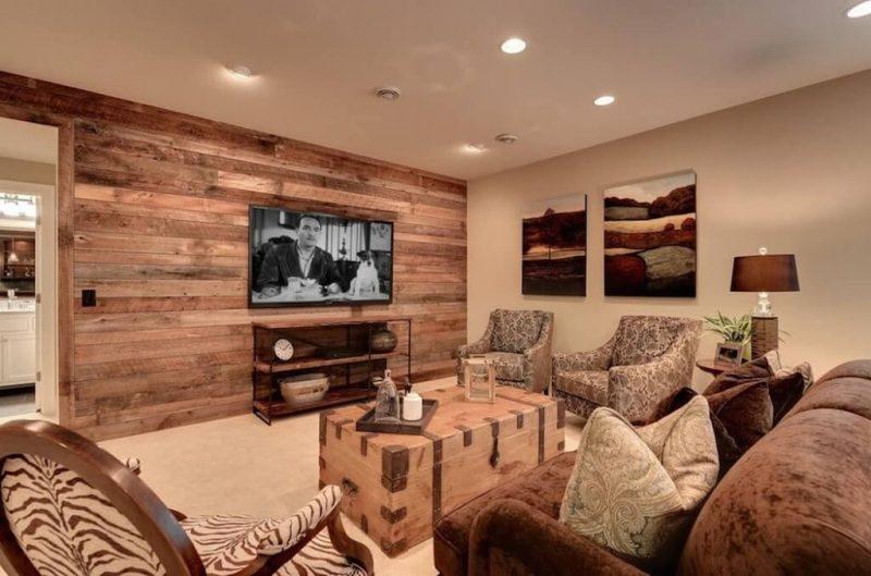 sala de estar moderna com parede de madeira rústica