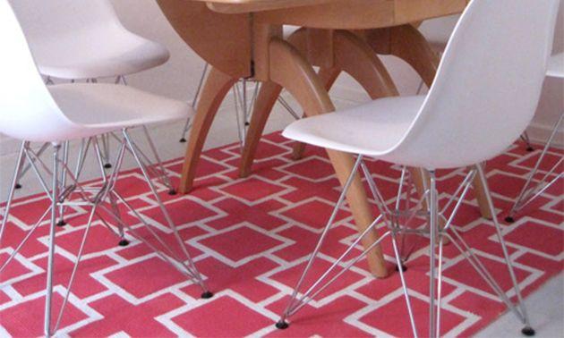 Sala de jantar com tapete decorado