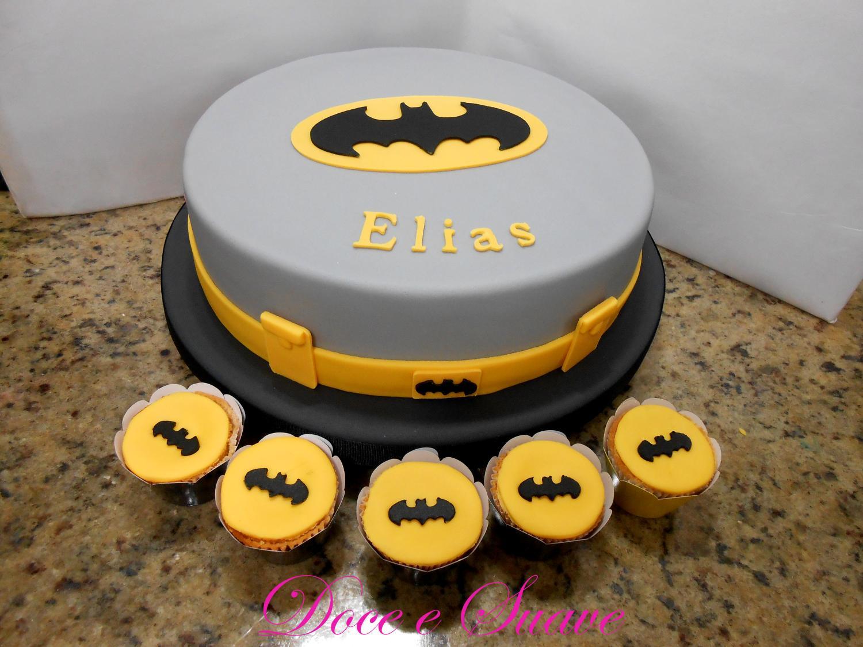 Bolo de aniversário cinza com lembrancinhas do Batman