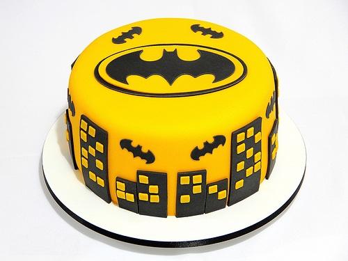 Bolo de aniversário amarelo decorado do Batman