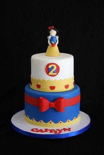 Princesa Branca de Neve em bolo de 2 níveis decorado