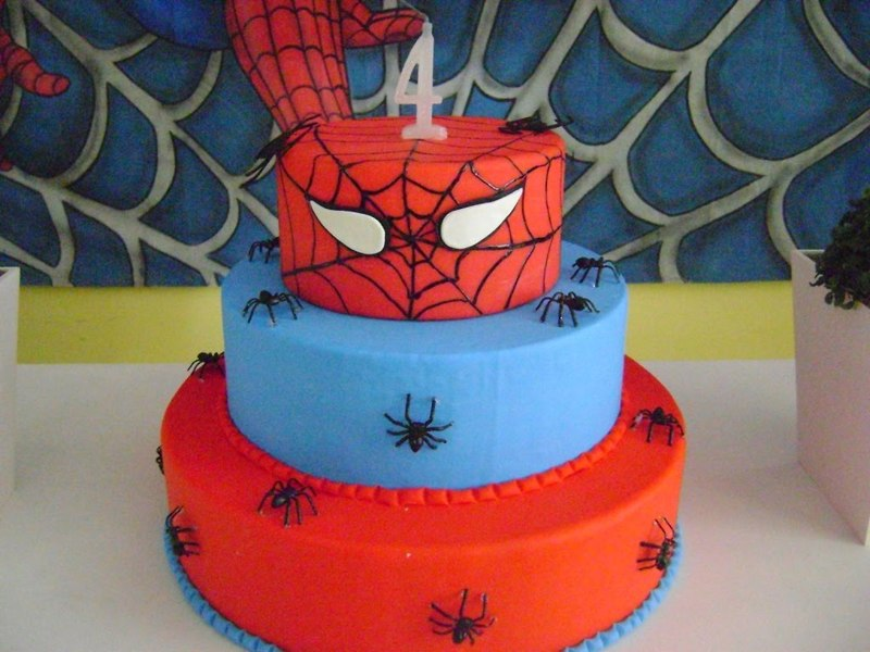 bolo de 3 níveis temático do Homem Aranha