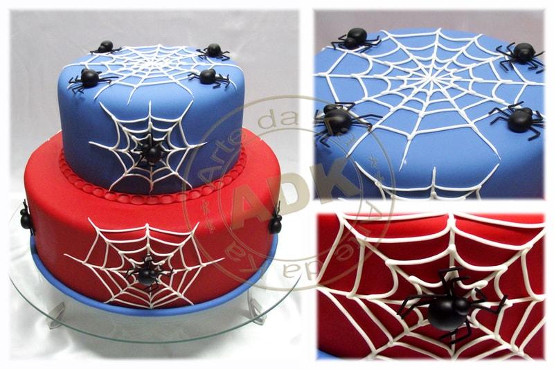 Bolo decorado com teias do Homem Aranha