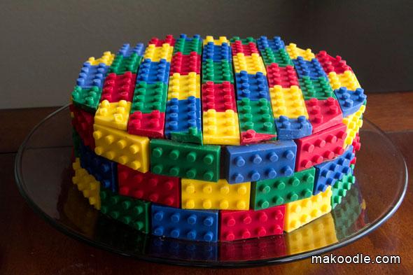 torta de aniversário decorada com muitas pecinhas do jogo Lego