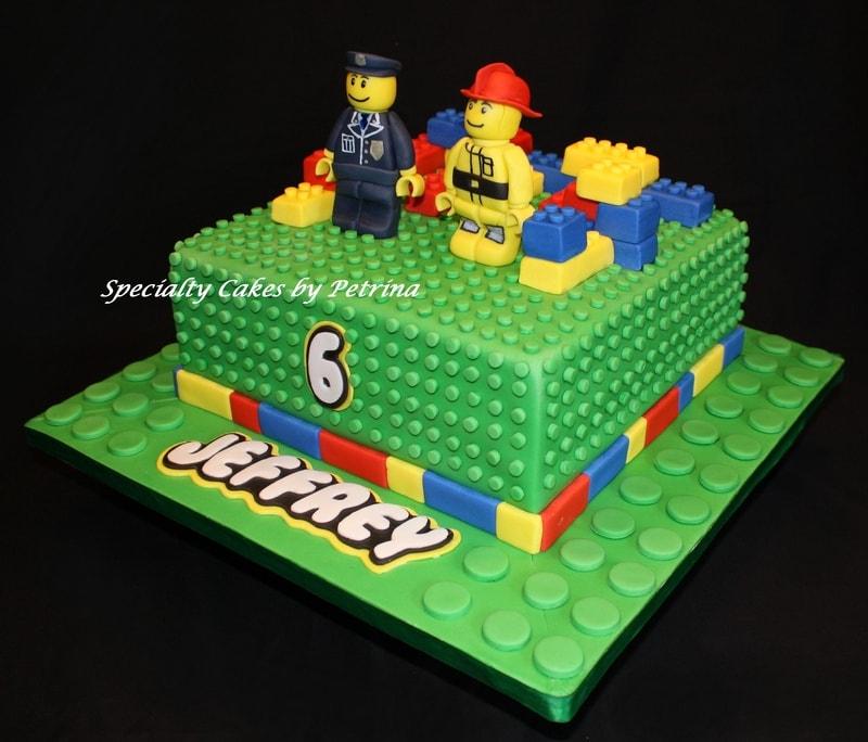 torta de aniversário decorada com os personagens do lego, simulando um tabuleiro de pecinhas