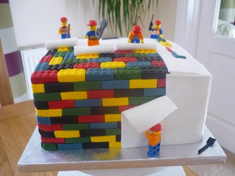 bolo de aniversário decorado com pecinhas Lego