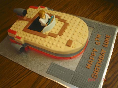bolo lego em forma de nave espacial