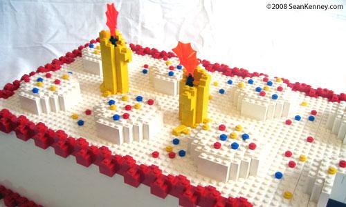 torta lego de aniversário decorada exatamente como um tabuleiro de peças lego
