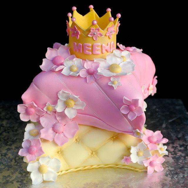 Bolo em formato de almofadas de princesa e coroa