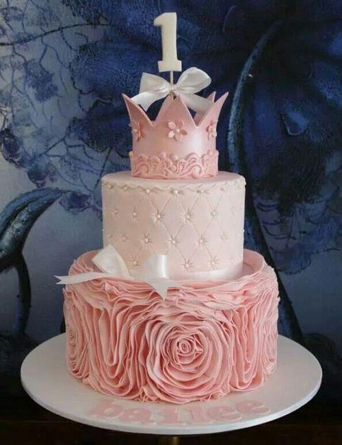 bolo de aniversário de aniversário florido com tema de princesas