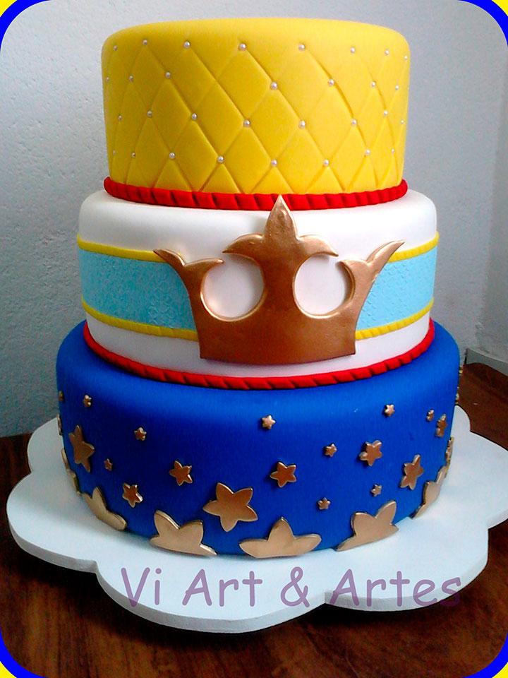 Bolo para festa de aniversário, com decoração do Pequeno Príncipe