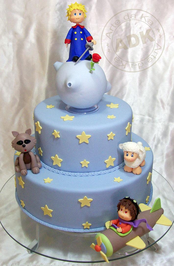 Personagens do livro pequeno príncipe decoram bolo de aniversário