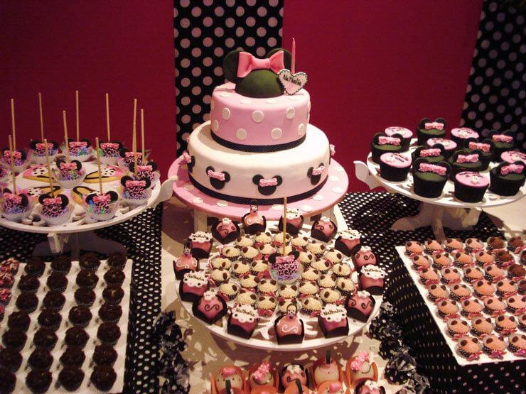 Decoração de aniversário com bolo da Minnie