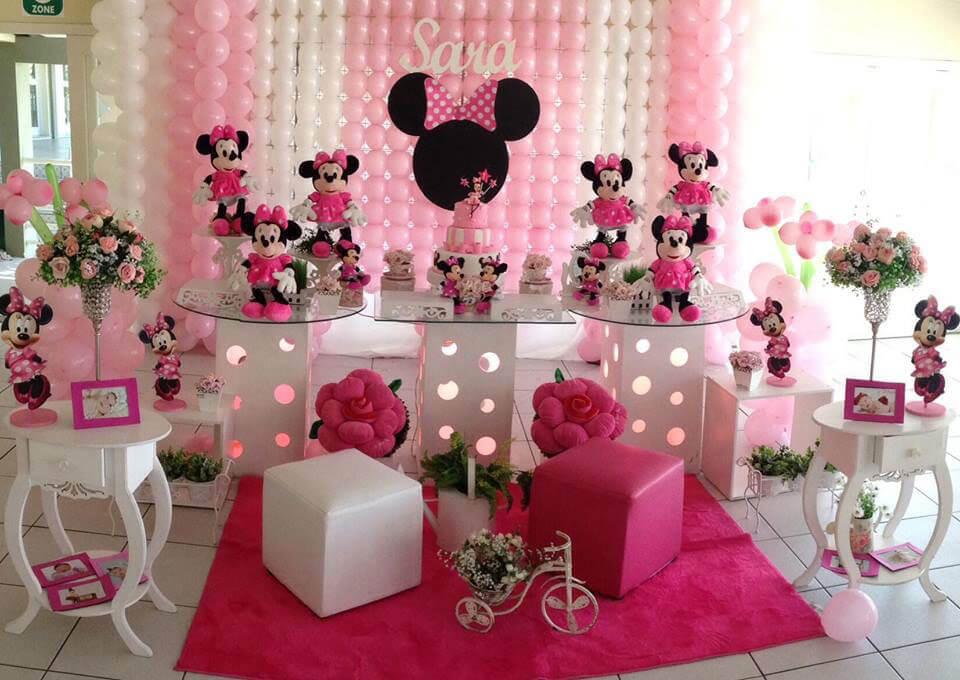 Festa de aniversário com painel de balões cor de rosa