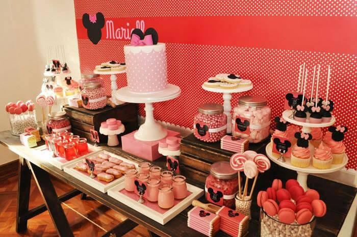 Decoração de aniversário da Minnie Mouse em vermelho