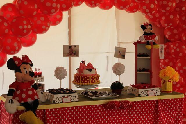 Decoração de aniversário da Minnie com painel de balões