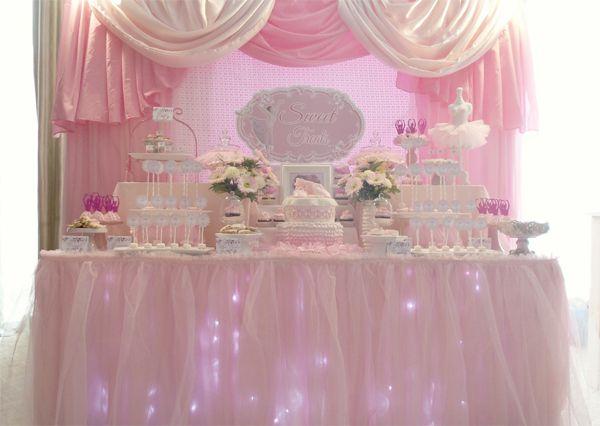 Mesa decorada com iluminação especial para festa de bailarina