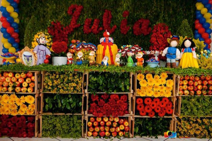 Decoração da Branca de Neve com flores de diversas cores