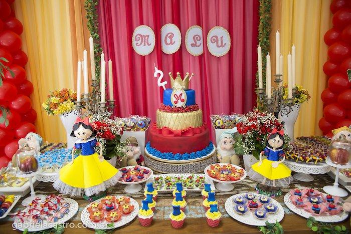 decoração completa e bem composta da Branca de Neve e os sete anões