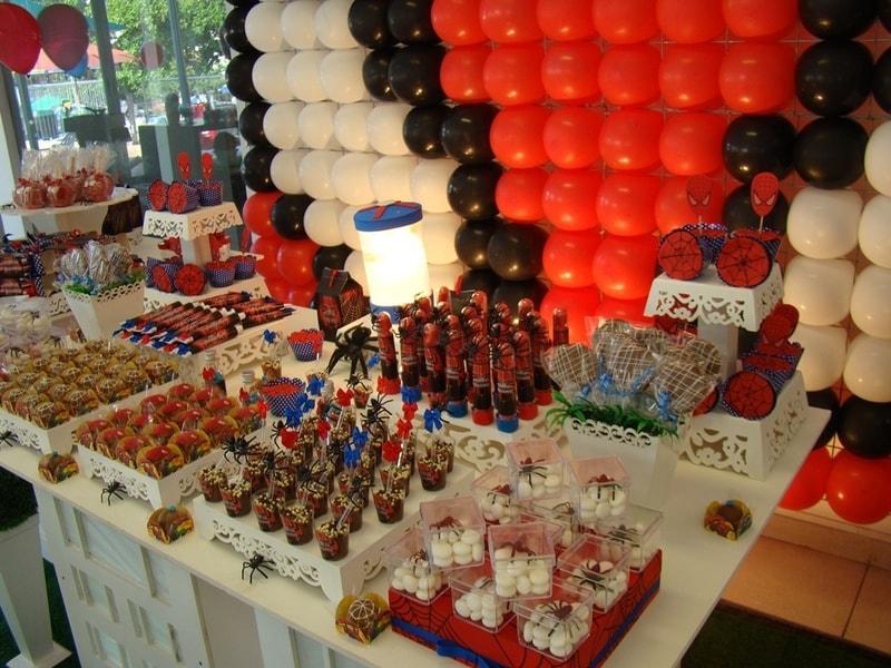 Mesa decorada de aniversário do Homem Aranha
