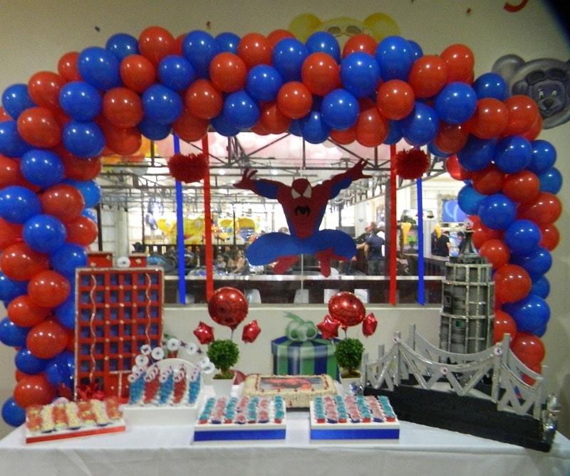 Decoração de aniversário do Spiderman com mesa decorada