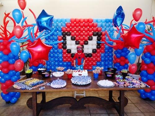 decoração com painel de balões de festa do Homem Aranha
