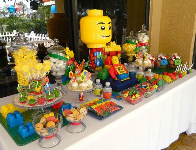 Mesa decorada para aniversário infantil LEGO.