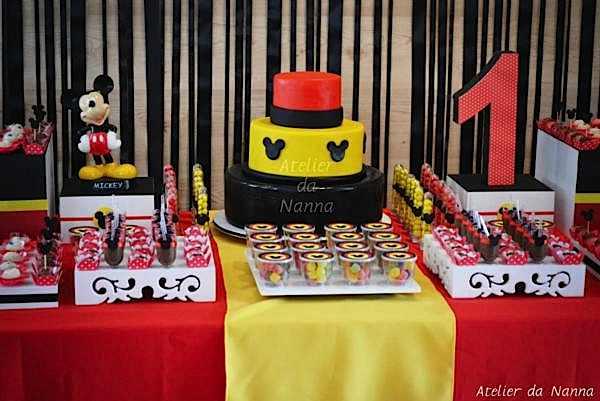 Festa do Mickey com decoração em preto, amarelo e vermelho